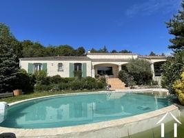 Villa avec beau jardin, vues et piscine chauffée