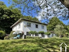Villa à l'allure moderne avec parc en bordure d'un ruisseau